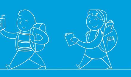 Les enfants avec de nouvelles  fournitures scolaires dans leur sac à dos marchant dans un couloir d'école