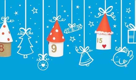Kotitekoinen joulukalenteri, joka on valmistettu taloiksi koristelluista vessapaperirullista, piirrostaustaa vasten
