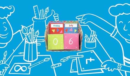 Piirretyt lapset tekemässä pöydän ääressä kalenteria sinistä taustaa vasten