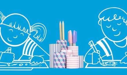 Piirretyt lapset piirtämässä pöydän ääressä itsetehty kynäpurkki välissään