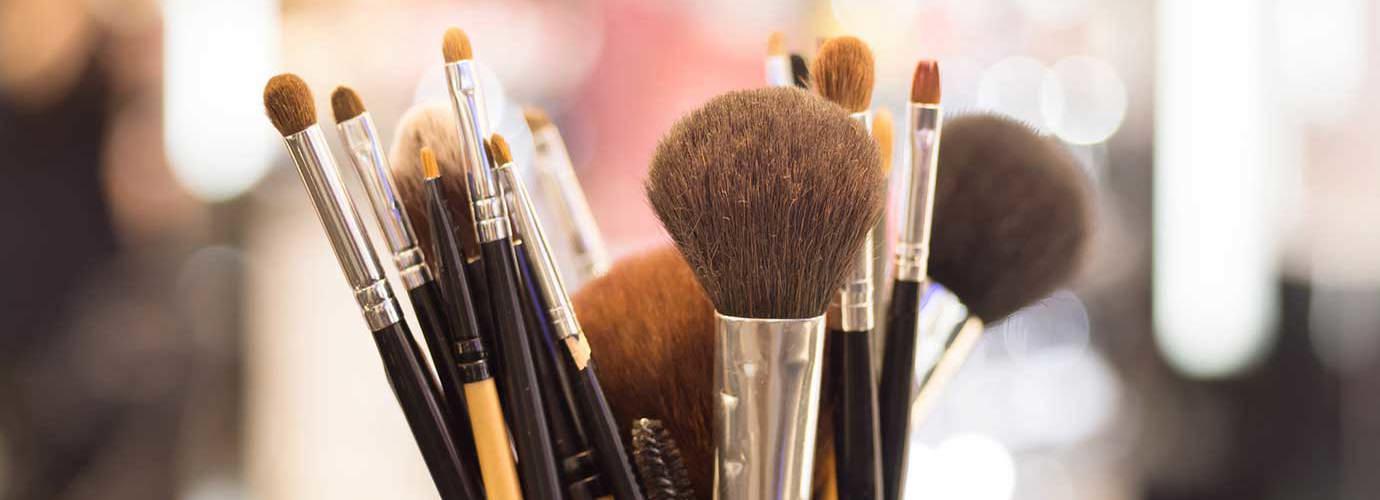 Gros plan sur des pinceaux de maquillage professionnels
