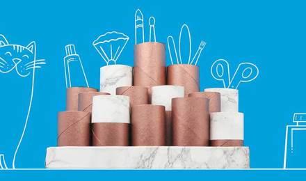 Tubes en carton vides empilés ensemble pour organiser une coiffeuse