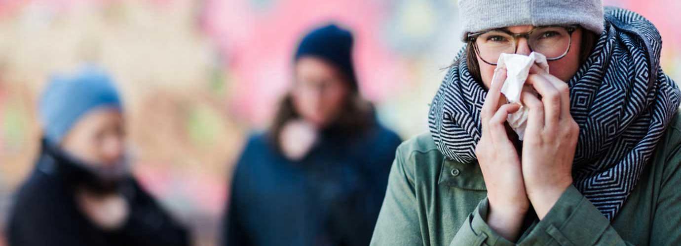 Une femme qui mouche son nez voudra peut-être savoir comment renforcer le système immunitaire afin qu'elle puisse arrêter de se moucher si souvent