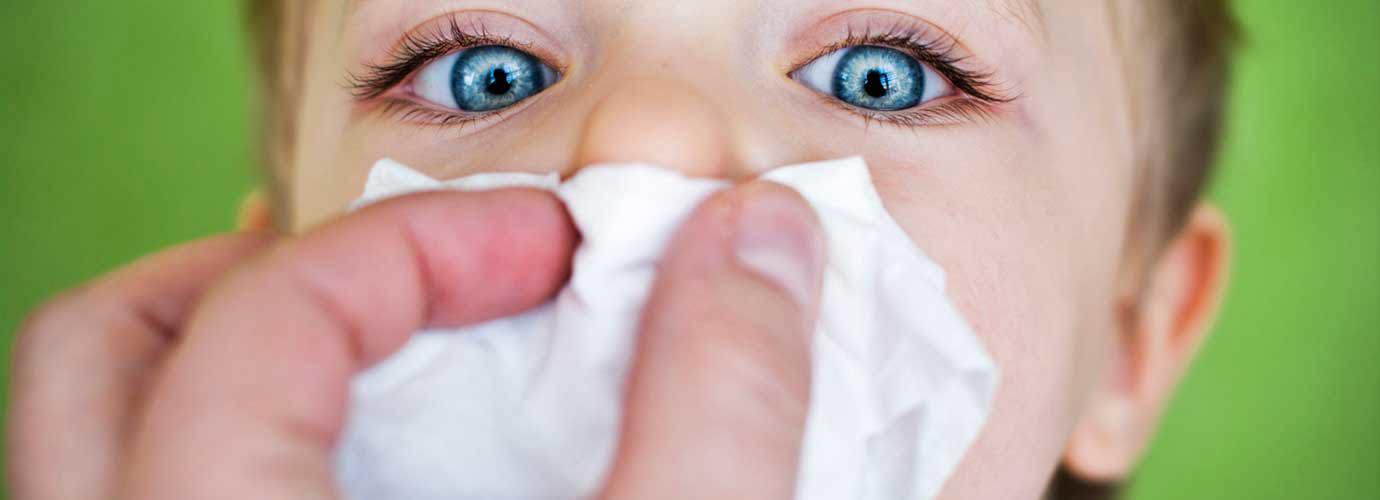 Pojan nenää pyyhitään paperinenäliinalla