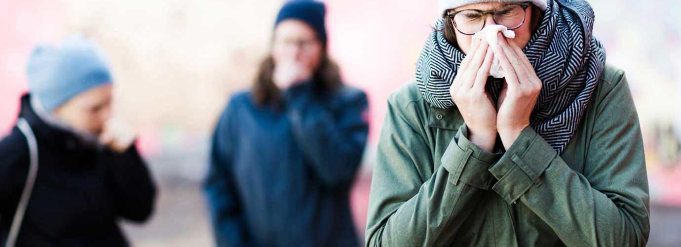 Aivasteleva nuori nainen, joka saattaa kaivata tukkoisen nenan hoitoa kotikonstein