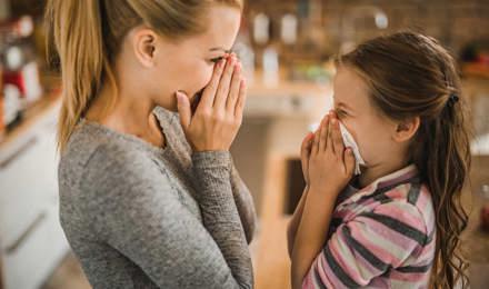 Äiti näyttää tyttärelleen, kuinka nenäverenvuoto pysäytetään