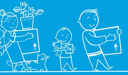 Famille qui tient des boîtes de rangement pour un déménagement