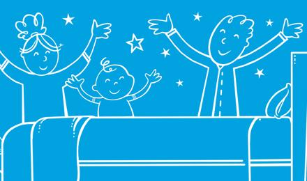 Une famille dans une chambre bien rangée qui lève les bras de joie avec des étoiles en arrière-plan